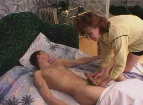 Порно видео мама дрочит спящему сыну