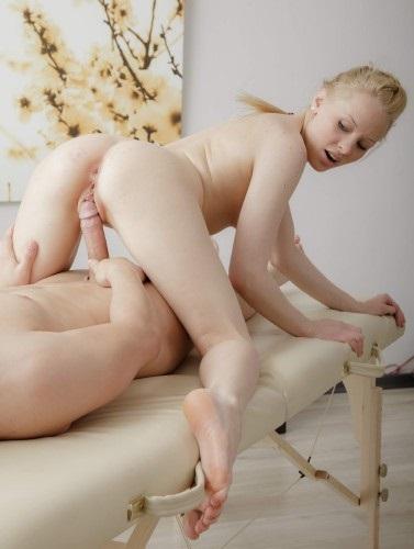 фотографии голые девушки сидящих на член